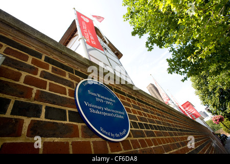 Eine Gedenktafel an Sam Wanamaker an der Wand außerhalb des Globe-Theaters in Southwark. - Stockfoto