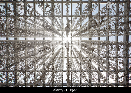 gläserne Decke in öffentlichen Gebäude entkernt mit Schmetterling Girlanden, abstrakten Hintergrund - Stockfoto