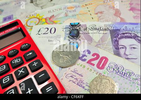 English UK-Banknoten und-Münzen in britischen Pfund Sterling Währungs- und Taschenrechner - Stockfoto