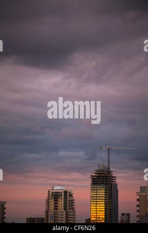 Sonnenuntergang In Hochhaus Gebäuden reflektiert; Edmonton Alberta Kanada - Stockfoto