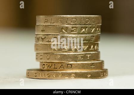 Ein Stapel von 1 Pfund-Münzen sitzt auf einem zwei-Pfund-Münze. - Stockfoto