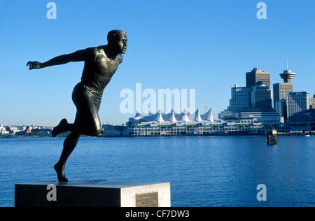 Eine Statue im Stanley Park zu Ehren Kanadas berühmte schwarze Olympischen Läufer Harry Winston Jerome mit Blick - Stockfoto