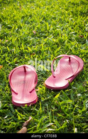 Ein paar Pantoffeln sind links auf einen entspannten Tag. - Stockfoto