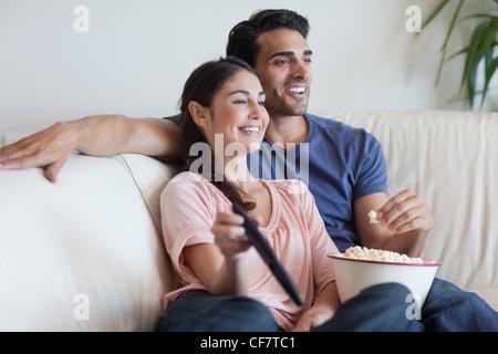 Paar vor dem Fernseher während des Essens popcorn - Stockfoto