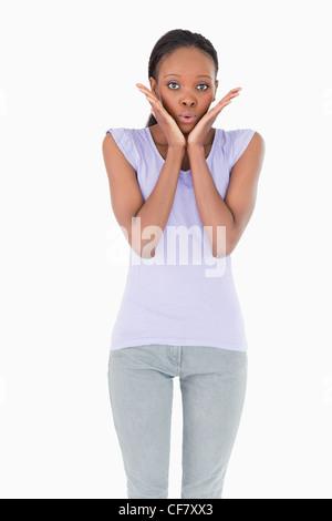 Nahaufnahme von überrascht Frau auf weißem Hintergrund - Stockfoto