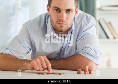Verzweifelter Geschäftsmann seine kleine Münzen zählen - Stockfoto