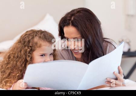 Mutter und Tochter gemeinsam ein Buch zu lesen - Stockfoto