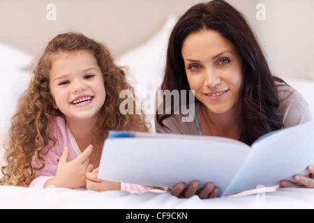 Mutter und Tochter genießen gemeinsam lesen - Stockfoto