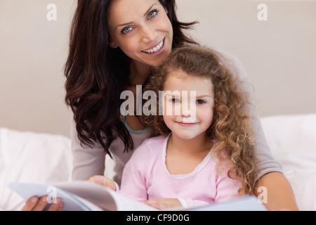 Mutter mit ihrer kleinen Tochter ein Buch zu lesen - Stockfoto