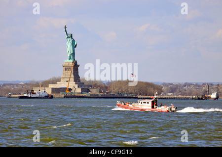 New York City Fire Department Boot im Hafen von New York aus Red Hook Brooklyn - Stockfoto