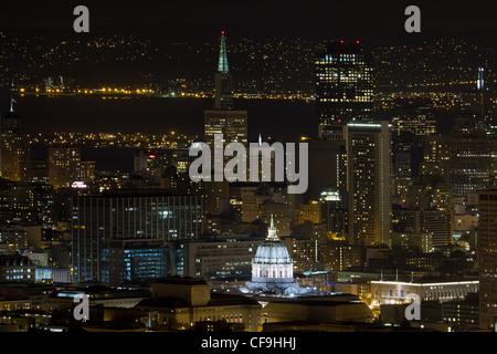 San Francisco California Stadtbild mit dem Rathaus in der Nacht beleuchtet - Stockfoto
