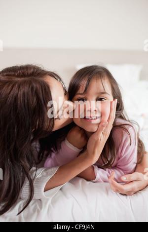 Porträt einer Mutter ihre Tochter küssen - Stockfoto