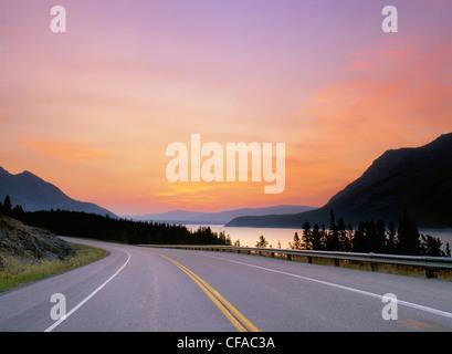 Highway 11 in der Nähe von Abraham Lake, Alberta, Kanada. - Stockfoto