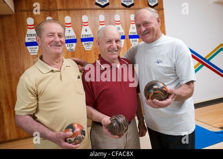 drei Brüder bowling. Senioren, Kanada. - Stockfoto