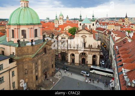 Kirchtürme und Dächer von Prag Skyline in Prag, Tschechische Republik - Stockfoto