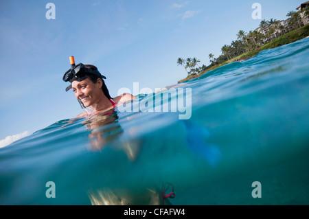 Frau im tropischen Ozean Schnorcheln - Stockfoto
