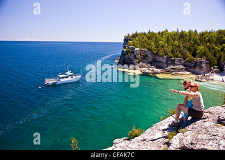Junge Frau an Aussicht Indian Head Cove - Stockfoto