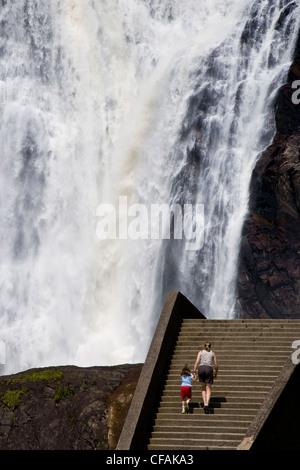 Junge Mutter und Tochter in Montmorency Falls, Quebec, Kanada. - Stockfoto