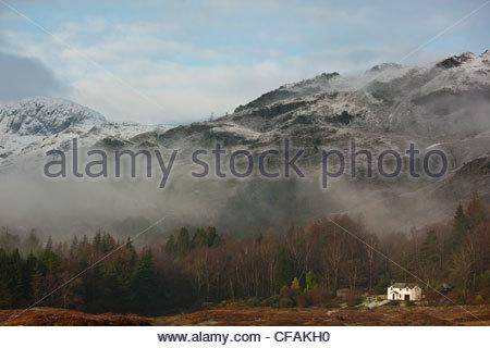 Nebel, die ländliche Landschaft überrollen - Stockfoto