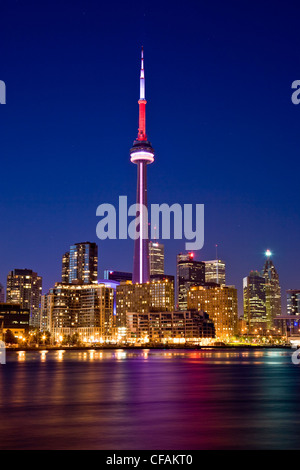 Toronto Skyline bei Nacht gesehen von Island Airport, Ontario, Kanada. - Stockfoto