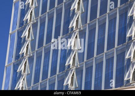 Zeilen öffnen Windows ManitobHydro Büroturm - Stockfoto