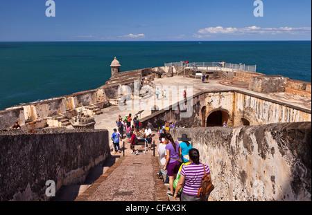OLD SAN JUAN, PUERTO RICO - Touristen besuchen Castillo San Felipe del Morro, historische Festung. - Stockfoto
