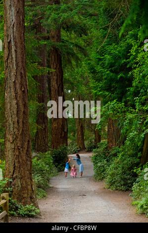 Mutter und Töchter auf Weg zum Lighthouse Park, West Vancouver, Britisch-Kolumbien, Kanada - Stockfoto