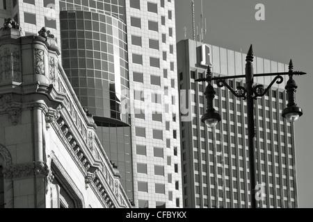 Kontrastreiche Architektur entlang der Portage Avenue. Winnipeg, Manitoba, Kanada. - Stockfoto