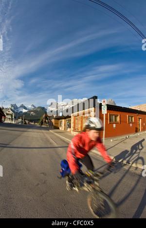 Eine junge Frau auf ihrem Fahrrad in Canmore, AB pendeln - Stockfoto
