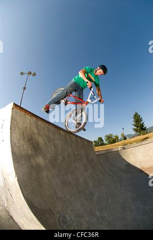 BMXer mit einer keine-footed kanadischen Nosepick Lafarge Skatepark, Coquitlam, BC, Kanada. - Stockfoto