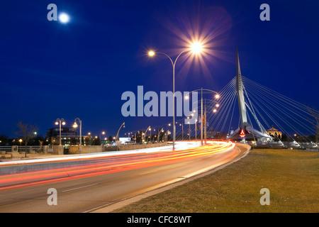Esplanade Riel Brücke in einer mondhellen Nacht. Winnipeg, Manitoba, Kanada. - Stockfoto