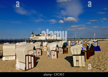 Liegen am Strand und der historischen Seebrücke Ahlbeck im Sonnenlicht, Usedom, Mecklenburg-Western Pomerania, Deutschland, - Stockfoto