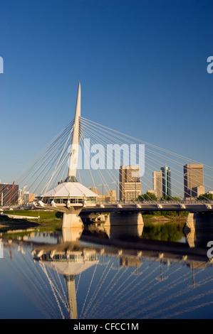 Winnipeg Skyline zeigt Nahaufnahme von der Esplanade Riel Fussgängerbrücke über den Red River aus St. Bonifatius, Manitoba, Kanada