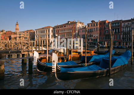 Angedockt Gondeln in goldene Stunde Licht am Canal Grande-Venedig, Venezia, Italien, Europa