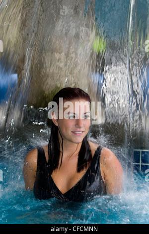 junge Frau genießt Wasser Kaskadenbrunnen - Stockfoto