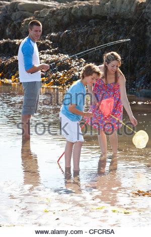 Eltern und Sohn Angeln in Ursuppe - Stockfoto