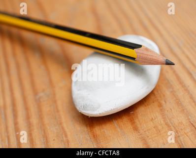 Bleistift und Kautschuk - Stockfoto