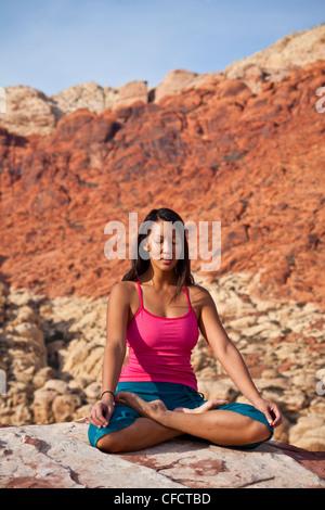 Ein Fit junge Asiatin praktizieren Yoga während auf einem Felsen klettern Reise, Red Rocks, Las Vegas, Nevada, Vereinigte - Stockfoto