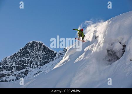 Ein junger Mann Splitboarding im Hinterland von Roger Pass, Glacier Nationalpark, Britisch-Kolumbien, Kanada - Stockfoto