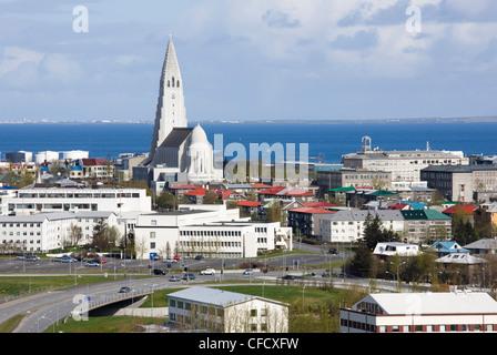 Blick auf das Zentrum von Reykjavik aus Perlan zeigt die moderne Kirche von Hallgrimskirkja, Reykjavik, Iceland, - Stockfoto
