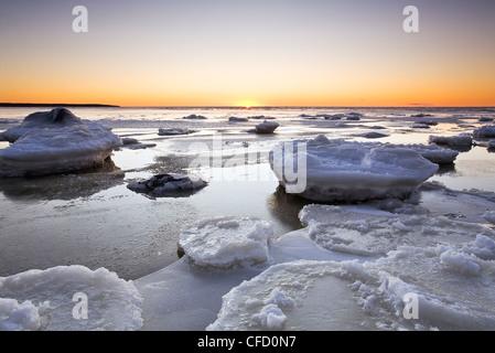 Eis am Lake Winnipeg bei Sonnenuntergang. Victoria Beach, Manitoba, Kanada. - Stockfoto