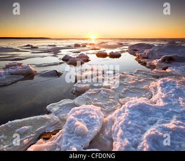Eisschollen am Lake Winnipeg bei Sonnenuntergang. Victoria Beach, Manitoba, Kanada. - Stockfoto