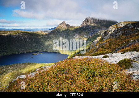 Cradle Mountain und Dove Lake, mit Laub Buche (Fagus), Cradle Mountain-Lake St. Clair National Park, Tasmanien, - Stockfoto