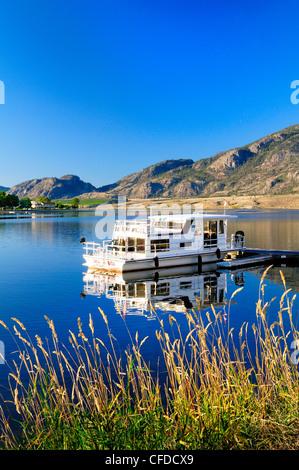 Ein Hausboot liegt am Osoyoos Lake in Osoyoos, Britisch-Kolumbien, Kanada - Stockfoto