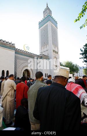 Muslime beten außerhalb der großen Moschee von Paris auf Beihilfen El-Fitr Festival, Paris, Frankreich, Europa - Stockfoto