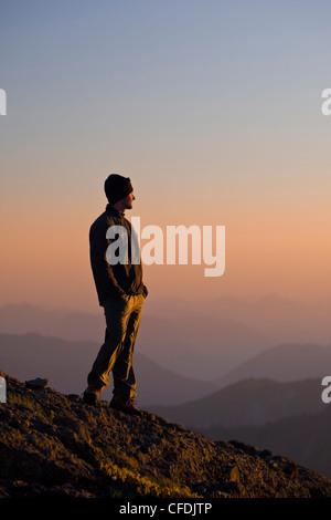 einsamer Bergsteiger steht auf des Königs Peak - Stockfoto