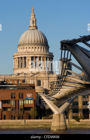 Blick auf St. Pauls Cathedral von der South Bank, mit der Millennium Bridge zur Seite, London SE1, England, Vereinigtes - Stockfoto