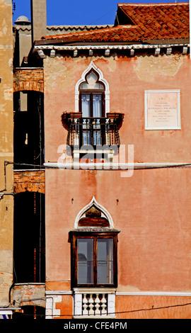Ansicht eines typischen venezianischen Hauses mit Spitzen Bogenfenster - Stockfoto