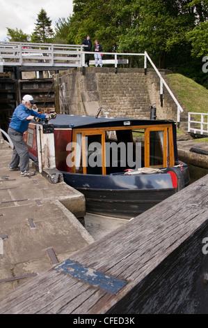 15-04 in Schleusenkammer durch die Fünf steigen Schlösser an Leeds Liverpool Canal (man Wicklung Griffe tor Schläger - Stockfoto