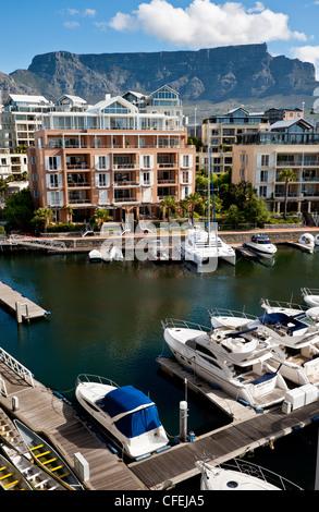 Table Mountain vom Cape Grace Hotel an der Victoria und Alfred waterfront - Stockfoto